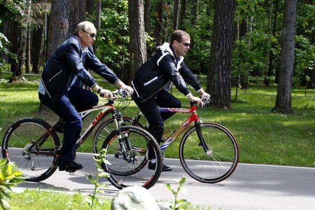 medvedev-i-putin-na-biciklima-odlucivali-tko-ce-voditi-zemlju-900x600-20110623-20110612123235-84bea833be1dbdccf1f506f95c7493cc