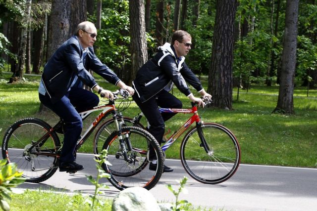 http://ekogradmoscow.ru/images/1/bayk/velo/medvedev-i-putin-na-biciklima-odlucivali-tko-ce-voditi-zemlju-900x600-20110623-20110612123235-84bea833be1dbdccf1f506f95c7493cc.jpg