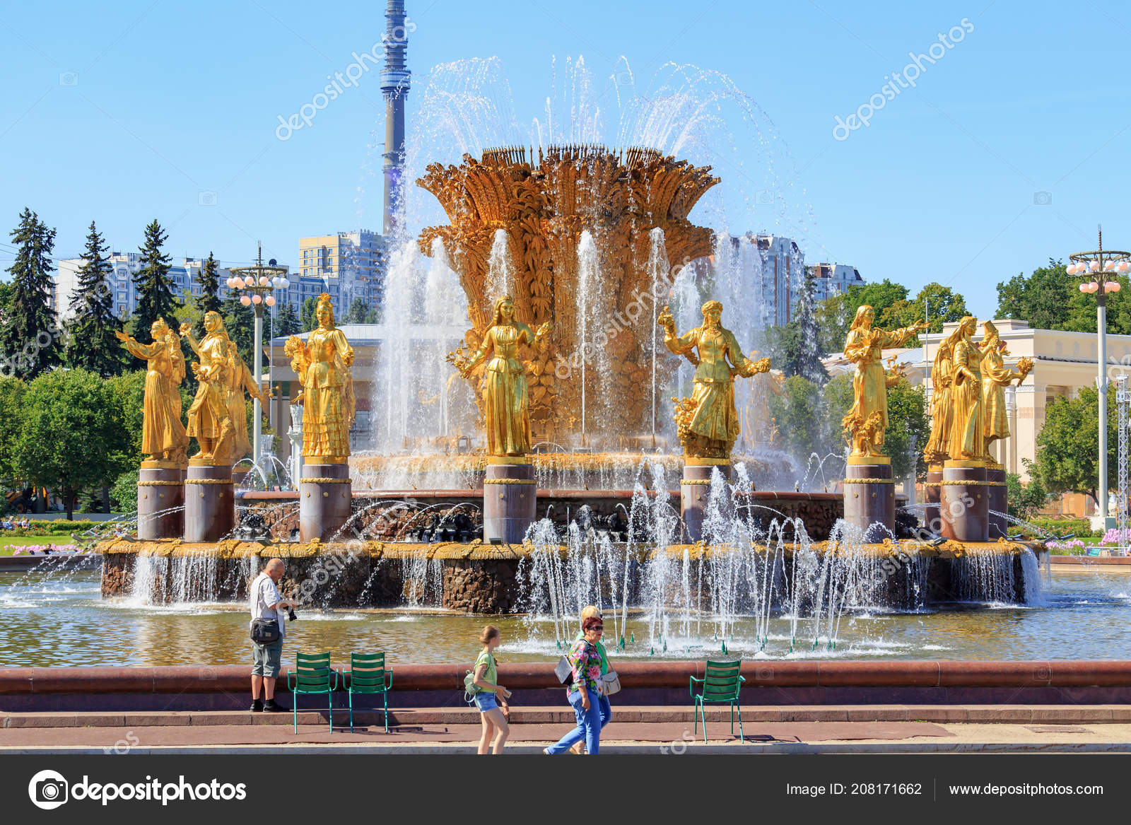 depositphotos 208171662-stock-photo-moscow-russia-august-2018-tourists