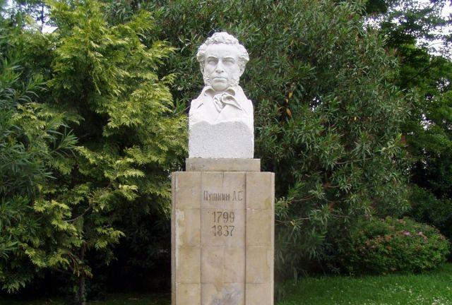 Сочи помнит историю про то, как перенесли памятник Пушкину, чтобы установить Сталину - фото 1