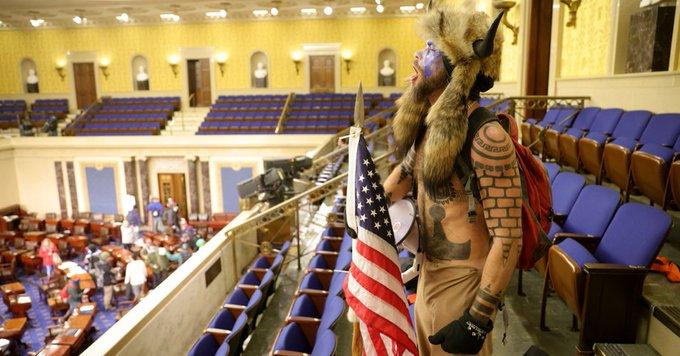 Эксперты сравнили ситуацию в Вашингтоне с революцией, «за которую кто-то может сесть» - фото 2